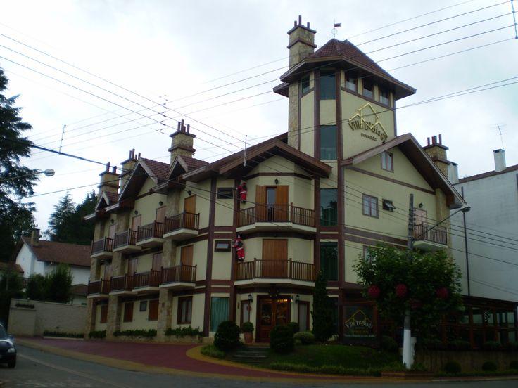 Vista de Vila Capivari, centro turístico de Campos do Jordão, estado de São Paulo, Brasil. Edifício de estilo arquitetônico típico suíço, muito encontrado na cidade que é conhecida como Suíça Brasileira.  Fotografia: Majtec.