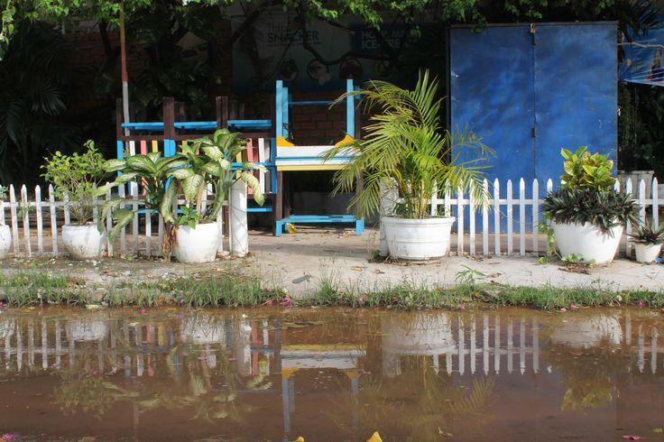 Reflets de meubles dans #Kampot