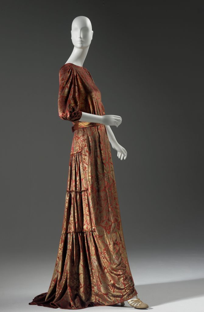 fashion art and early age The early medieval art pieces included mosaics that were found in churches and built under imperial customs over the years, it transformed from baroque style, classical greek style to a more mystical style.