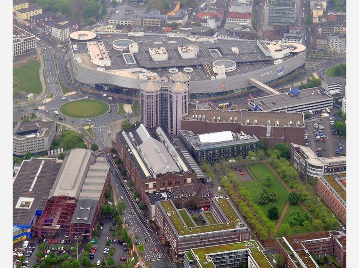 Aus der Luft betrachtet: Colosseum, Weststadthalle und Weststadttürme, dahinter das Einkaufszentrum Limbecker Platz.
