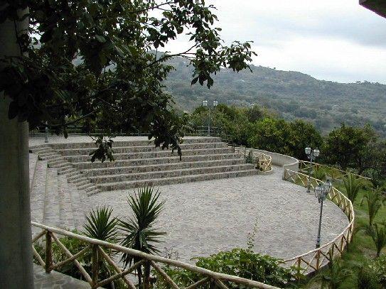 http://www.sangiovannidigerace.com/centro_storico/anfiteatro.JPG