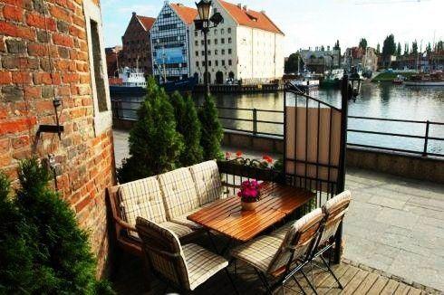 Restauracja Żuraw to pomieszczenia restauracyjne znajdujące się na dwóch poziomach. Dodatkową atrakcją. zwłaszcza w sezonie letnim, są dwa tarasy ze wspaniałym widokiem na gdańską przystań jachtową!