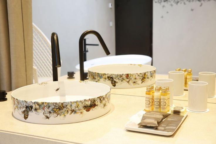 Hotel da Vista Alegre: No quarto mais caro, até os lavatórios são Vista Alegre...-