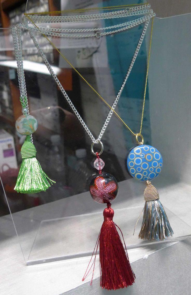Ciondoli con perle in resina e nappe
