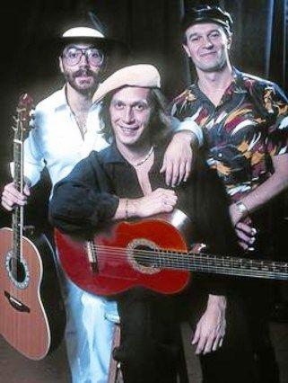 Los tres Gigantes de la Guitarra, John McLaughlin, Al Di Meola y Paco De Lucia, quienes con su pieza Mediterranian Sun Dance, lograron una fusion del Jazz Flamenco. Benditos....