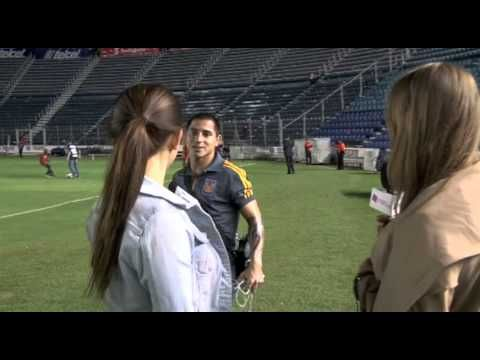 Despues del partido entre Cruz Azul vs. Tigres, nos fuimos a ver si podiamos hablar con los jugadores de Tigres... Y para nuestra no-grata sorpresa, no dejaron que ninguno de los jugadores hablara con la prensa, pero igual nosotras buscamos la manera de hablar con ellos... NOT. Aquí tienen el video! www.DEPORTadas.com
