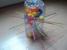 1 bouteille plastique + des bouchons + des piques à brochette = 1 jeu sur le modèle de SOS ouistiti : celui qui fait tomber le plus de bouchons en enlevant les pics à perdu