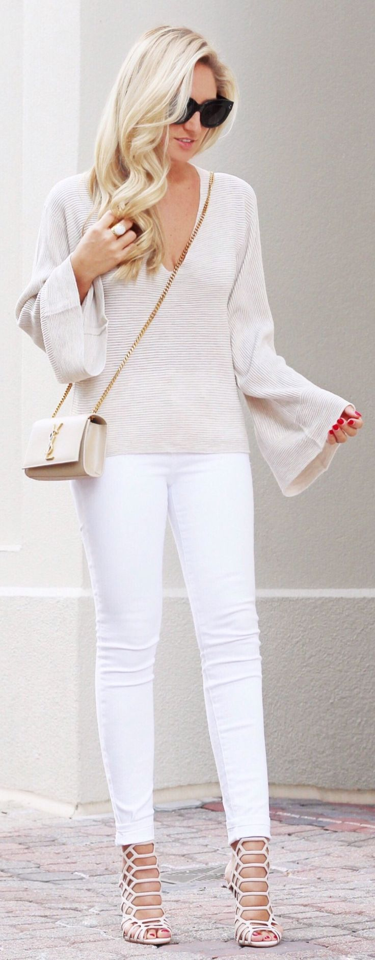 Light Knit & White Skinny Jeans & Beige Laced Up Sandals