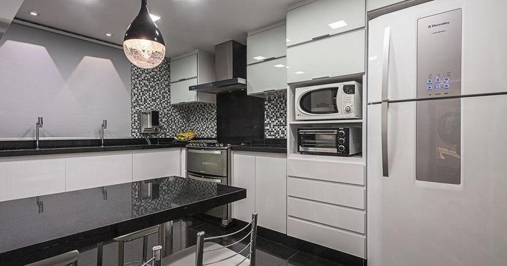 Cozinha planejada com mesa Preta