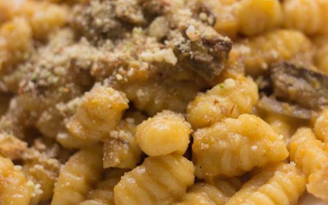 Gnocchi fatti in casa con zucca e funghi Ricetta semplice da preparare in casa. Gnocchi alla zucca con sugo ai funghi. Gnocchi di semola preparati con un impasto al succo di zucca e zafferano. Sugo con funghi trifolati con la cipolla, panna #gnocchi #funghi #formaggio #zucca