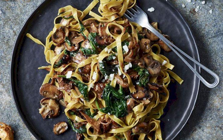 Bred pasta med karamelliserede løg, irsk spinat og pasta