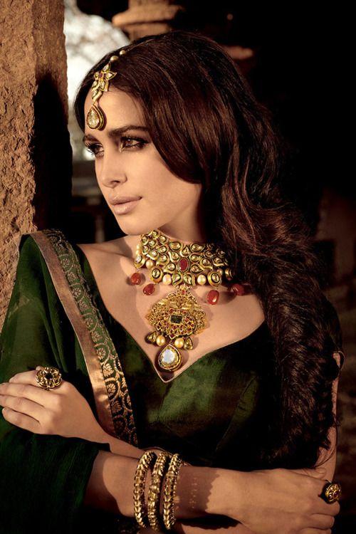lovely jewelry and green pure silk wedding lehenga, #indianweddings #shaadibazaar #jewelry