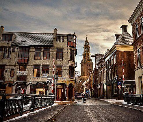 Brugstraat Groningen met zijn mooie oude gebouwen en de Der A - Kerk. Groningen stad