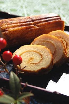 Datemaki - rollo de tortilla dulce  - Ingredientes: 110g de Hanpen (o en su defecto 50g de surimi) 4 huevos grandes 2 cucharadas de mirin 1 cucharada de sake 1 cucharada de azúcar 1 cucharadita de miel ½ cucharadita de salsa de soja  Materiales: molde de horno (rectangular o cuadrado entre 20-25cm) makisu (esterilla de bambú) gomas elásticas  - Elaboración: 1. Precalienta el horno a 200 ºC y cubre el molde con papel de hornear. 2. Corta el hanpen o el surimi en cubos de 1 o 2 cm y bate los…