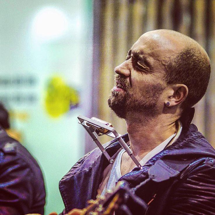 feeling the music  #callao #madrid #feeling #music #sentimiento #artista #streetphotography #streetart #retrato #portrait #musico #harmonica #cantante #singer #perilla