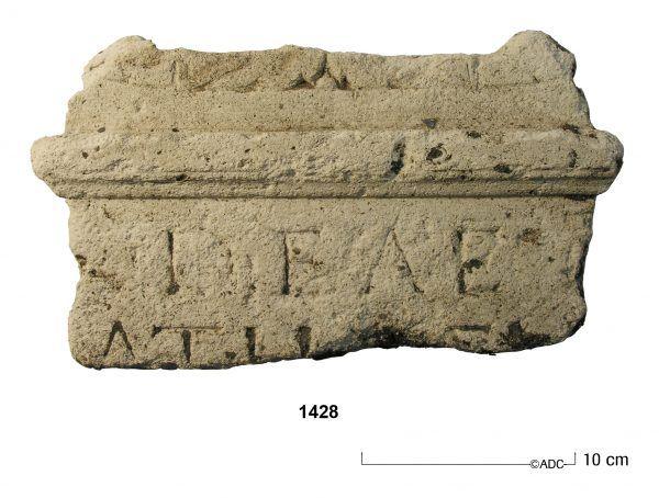 Tiel | maart 2017 | romeins altaar met de inscriptie DEAE (aan de godin)