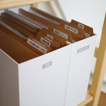 ファイルボックスの中をさらに細かく仕切ると、書類が見つけやすいですよ。 ジャンルごとに仕切りをつくってもいいし、家族ごとにファイルしてもわかりやすいかも。