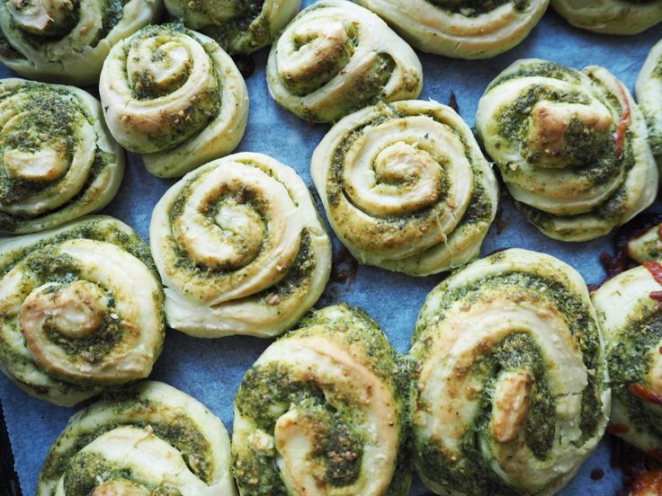 Ligesom jeg næsten altid har Italienske flutes i fryseren, så prøver jeg også altid at have hvidløgssnegle. De er perfekte som tilbehør til det meste mad og så er de hurtige at hive op ad frysen og tø op i ovnen. Gør dig selv den tjeneste at drys en håndfuld revet mozzarella og lad de....