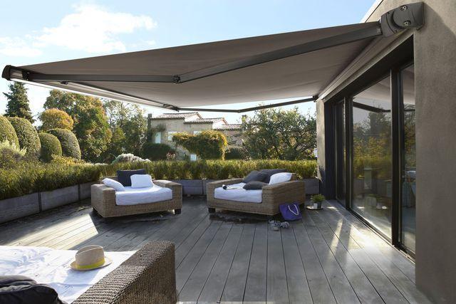 Pour se protéger du soleil sur la terrasse, optez pour un store fonctionnel