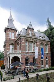 Hotel de Villa Dongen  Description: Hotel de Villa is gevestigd in een 120 jaar oude Villa. Het is recent gerenoveerd met behoud van klassieke sfeer en details.Hotel de Villa ligt in het centrum van Dongen aan een prachtig oud park en is centraal gelegen. Slechts enkele kilometers van Breda en Tilburg en een half uurtje rijden van RotterdamEindhoven en Antwerpen.Het Hotel heeft 14 kamers en is van alle gemakken voorzien. Alle kamers zijn voorzien van een ruime badkamer internet en flat…