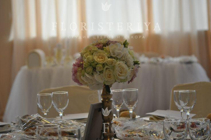 композиция на стол гостей в светлых тонах из роз