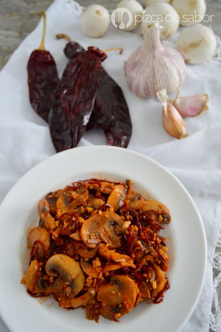 Aprende a preparar unos champiñones al ajillo con esta receta sencilla, rápida y lista en menos de 10 minutos. Quedan deliciosos, te van a encantar!