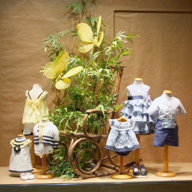 Escaparate Modas Olga, con la moda infantil de Foque p/v 2015. Windowshop windowdisplay retail vitrina vitirnes
