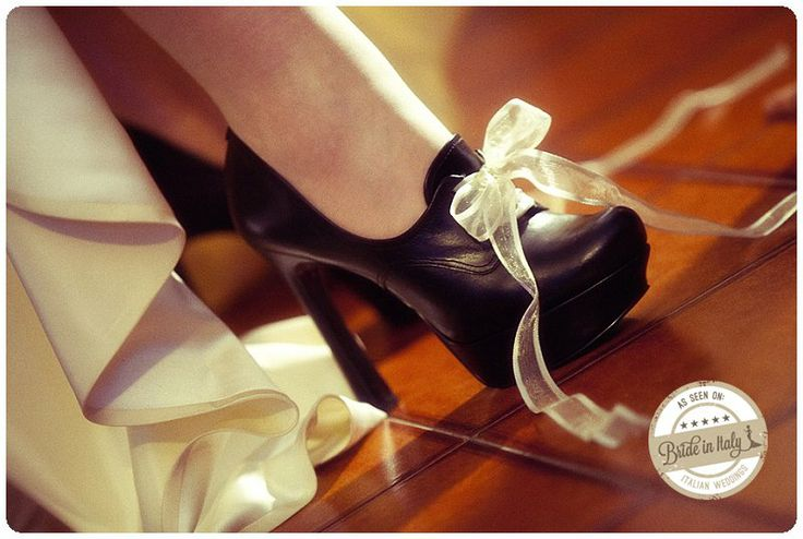 Bridal shoes by Guess for a gothic bride! Ph Youness Taouil http://www.brideinitaly.com/2013/12/alchimie-gotico.html #italianstyle #wedding