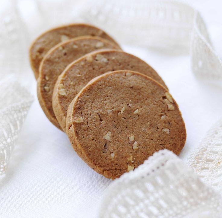 Oppskrift på juleklassikeren pepperkaker. I denne varianten har vi tatt med både kremfløte og mandler som sammen gir kakene det lille ekstra.