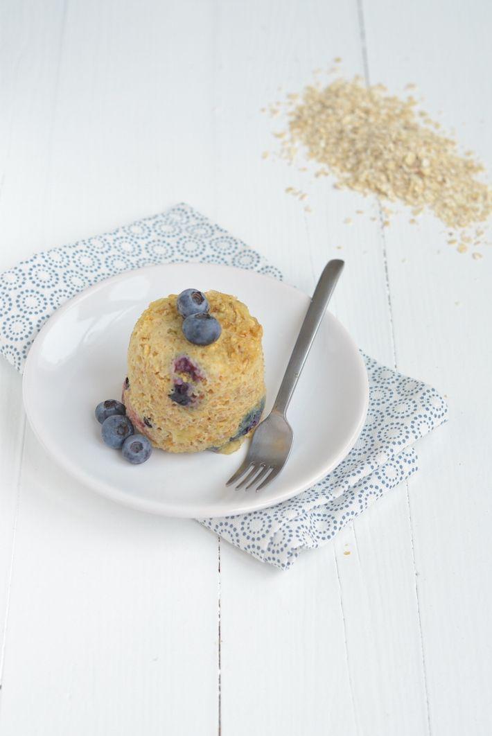 Mugcake: Halve rijpe banaan 1 ei 2 el havermout 0,5 tl bakpoeder Handje blauwe bessen 1 el gehakte hazelnoten 1 el geraspte kokos Snuf kaneel Snuf zout