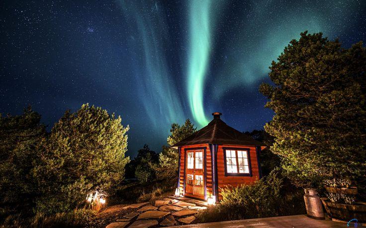 Обои для рабочего стола Северное сияние над домом в Норвегии