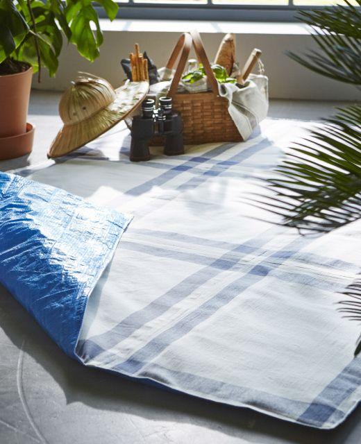 Una manta de picnic hecha con bolsas azules IKEA y paños de té