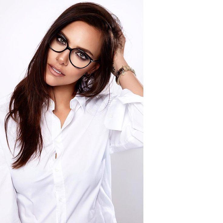 Die wunderschöne Esther Sedlaczek mit ihrer Rodenstock Brille.   Foto von @dilly_photographer auf Instagram.