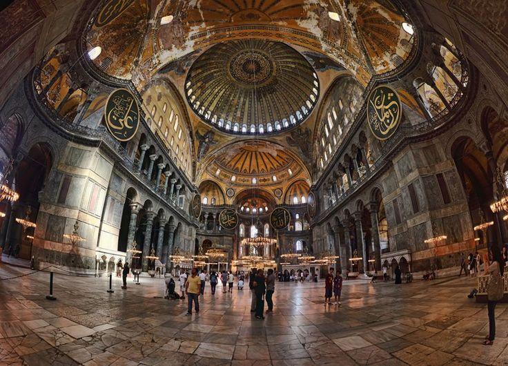 En çok ziyaret edilen müzeler arasında yer alan Ayasofya; sanat ve mimarlık tarihi bakımından dünyanın en önde gelen anıtlardan biri olup, dünyanın 8. harikası olarak gösterilmektedir. Bu yapı daha 6.yy'da Doğu Romalı Philon tarafından da, dünyanın 8.incisi harikası olarak nitelendirilmiştir.