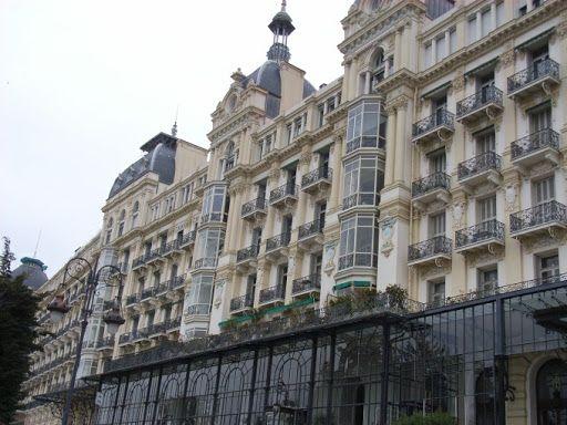 Ницца.  Английская королева Виктория (1819 – 1901) не раз бывала в Ницце. Для королевы и ее приближенных в конце бульвара Симье был выстроен отель Regina palace. Западное крыло отеля стало ее зимней резиденцией в последний год жизни.