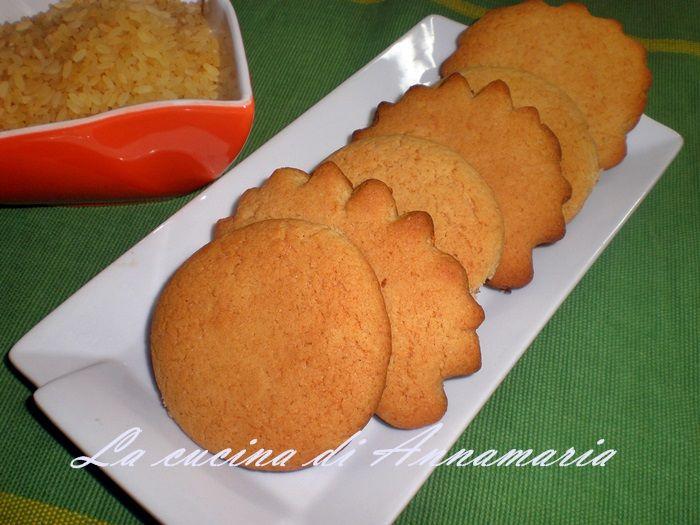 Biscotti con farina di riso, miele e poco burro 200 gr di farina di riso 2 cucchiai di fecola 80 gr di burro 1 cucchiaio di miele 1 uovo 70 gr di zucchero 1 pizzico di sale 1 cucchiaino di lievito per dolci buccia di limone grattuggiata