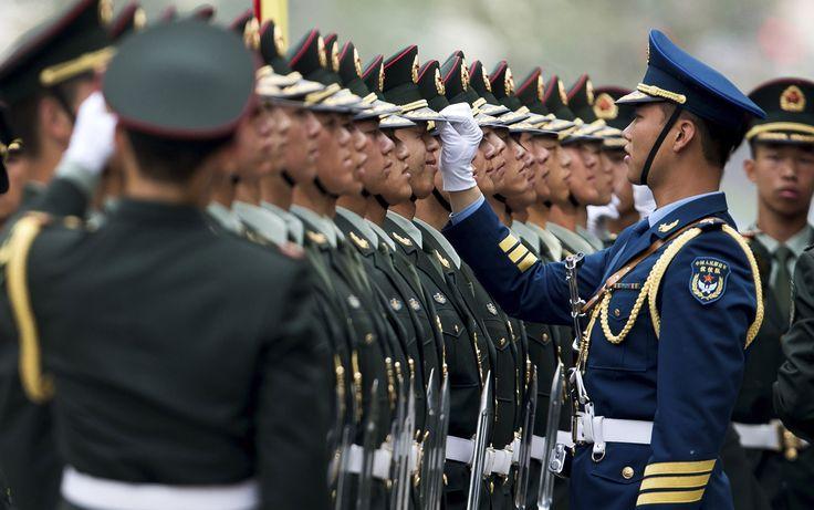 Militares chineses se aprumam para a cerimônia de boas-vindas ao primeiro-ministro grego, Antonis Samaras, no Grande Salão do Povo em Pequim.