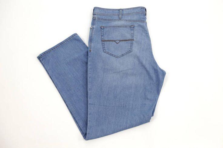 Jasne jeansy Pierre Cardin dla Panów o dużych rozmiarach. Idealne na wiosnę/lato. Dostępne w rozmiarówce od 3XL do 8XL. Skład: 92% bawełna 6% poliester 2% elastan.