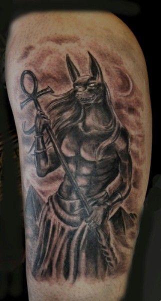 Татуировка у парня на плече - анубис