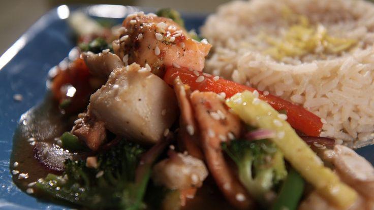Denne retten kan du lage på mange måter. Du kan velge en fisketype, for eksempel laks, ørret, steinbit eller en pakke med fiskemix. I denne retten har vi valgt ferske grønnsaker og selvlaget saus, men vil du gjøre det enkelt og raskt bytter du dem bare ut med en pose med wokgrønnsaker og woksaus fra butikken.