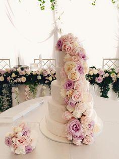 #Hochzeitstorte in weiß mit rosa Blumen