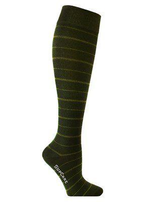 Deze donkergroene steunkousen hebben discrete streepjes in de kleur olijfgroen. De kousen zijn gemaakt van bamboeviscose en hebben een middelmatige compressie. Steunkousen gemaakt van bamboe zijn zijdezacht en daarom zeer geschikt voor mensen met een gevoelige huid. Daarnaast is bamboe antibacterieel en hypoallergeen. Bamboe houdt uw voeten in de zomer langer fris en in de winter langer warm. Butik21.nl | €14,90