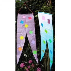 Préparer des bannières en papier de soie pour décorer le jardin durant les vacances d'été. Le bricolage des bannières est inspiré des bannières des chevaliers du Moyen