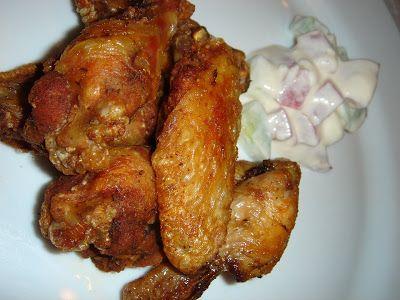 Nem vagyok mesterszakács: Házi fűszerkeverékkel pácolt, ropogós csirkeszárnyak, görög joghurtos friss salátával