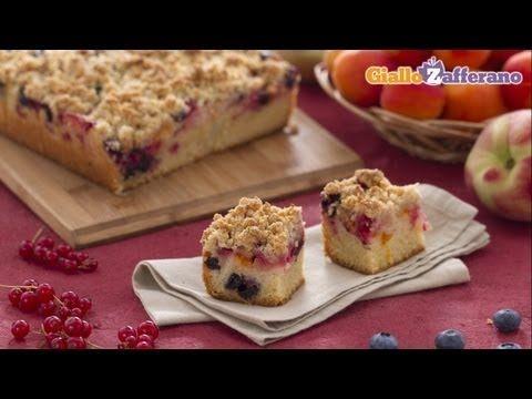 La CRUMB CAKE CON FRUTTA FRESCA (summer fruit crumb cake)  è una #torta composta da una morbida base alla vaniglia, e uno strato di #frutta golosa, ricoperta poi da briciole profumate al lime. Qui la #video #ricetta: http://ricette.giallozafferano.it/Crumb-cake-con-frutta-estiva.html #GialloZafferano #crumble #cake #dessert #merenda #estate
