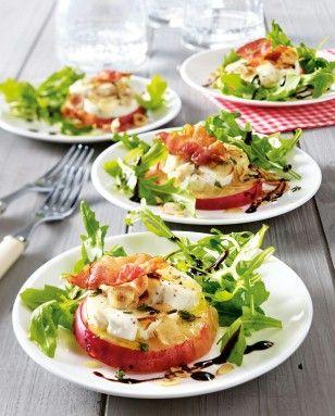Mit Ziegenkäse gratinierter Apfel auf Salat Rezept: Rucola,Thymian,Bacon,Ziegenfrischkäse,Äpfel,Haselnussblättchen,Pfeffer,Honig,Balsamicocreme,Backpapier