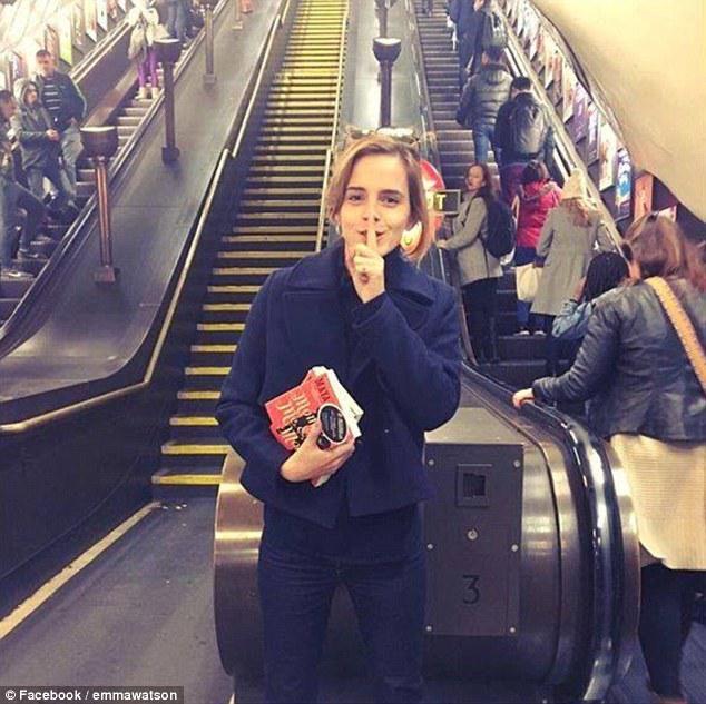 L'actrice de 26 ans a tenu à participer, à sa manière, à la campagne « Books on the Underground » (des livres dans le métro), lancée ce jeudi par la régie du métro londonien.