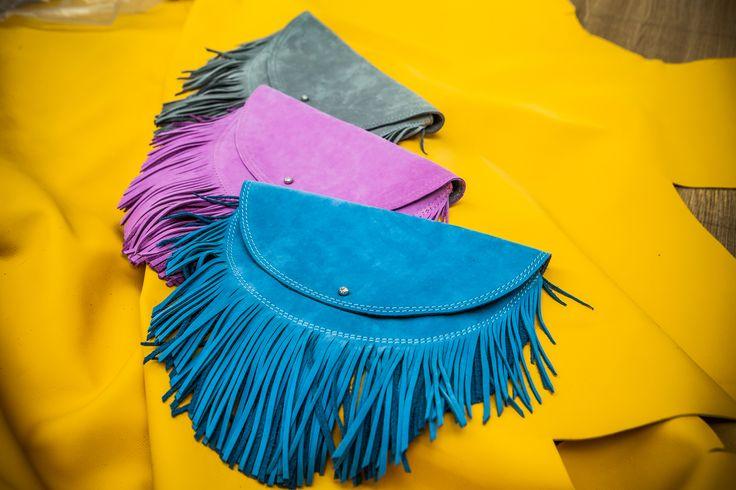 Torebki Cybosia w różnych kolorach z dużąilością frędzli można zawiesić na swoim ulubionym pasku.