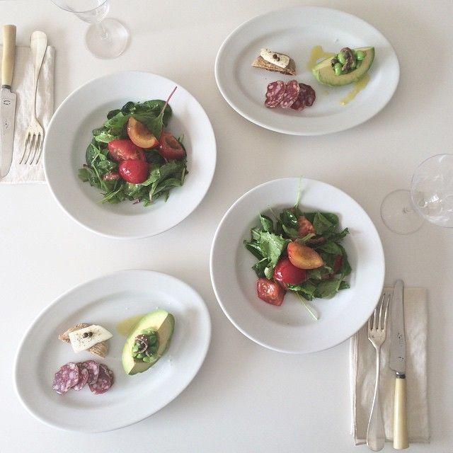 とりあえずアトリエにて軽めのお昼ごはん。サラダにプラムを入れるだけで初夏の爽やかさ。