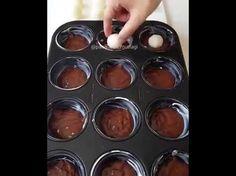 2 yumurta 1 çay bardağı şeker 1 çay bardağı süt Yarım çay bardağu sıvı yağ 1 paket vanilya 1 paket kabartmatozu 2 yemek kaşığı kakao 1.5 su bardağı kadar un İçi için; 1 yumurta beyazı 1 çay bardağı pudra şekeri 1.5 su bardağı hindistan cevizi Üzeri için; 100 gr kadar benmari usulü eritilmiş çikolata (Çoğunu …